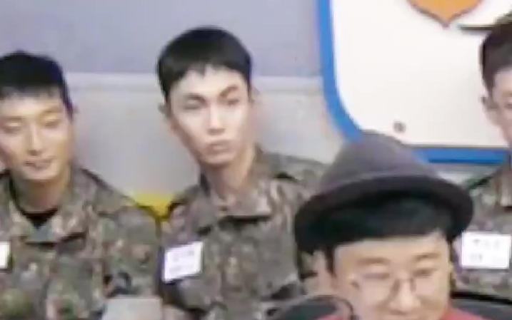 推特热议 在军队听到SHINee的歌的KEY 这表情太搞笑了吧