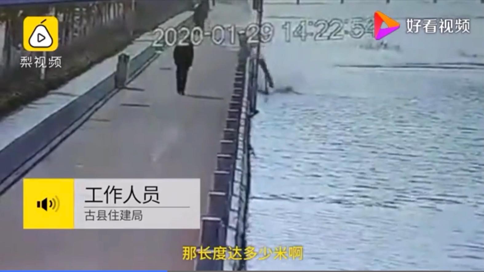 自己都懵了!男子一脚踹倒215根栏杆,受损688米溅起一片水花