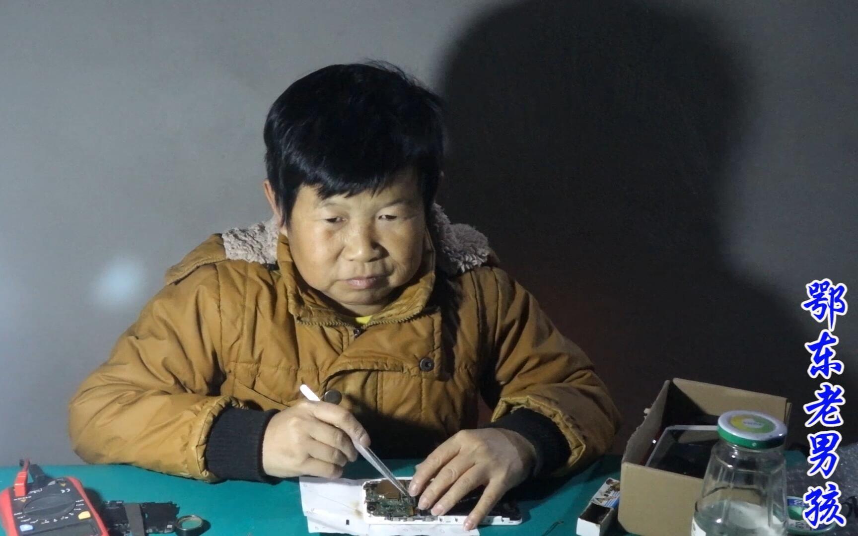 老男孩修手机,一台进水的红米,清理后触摸不灵,飞线看他能成功吗