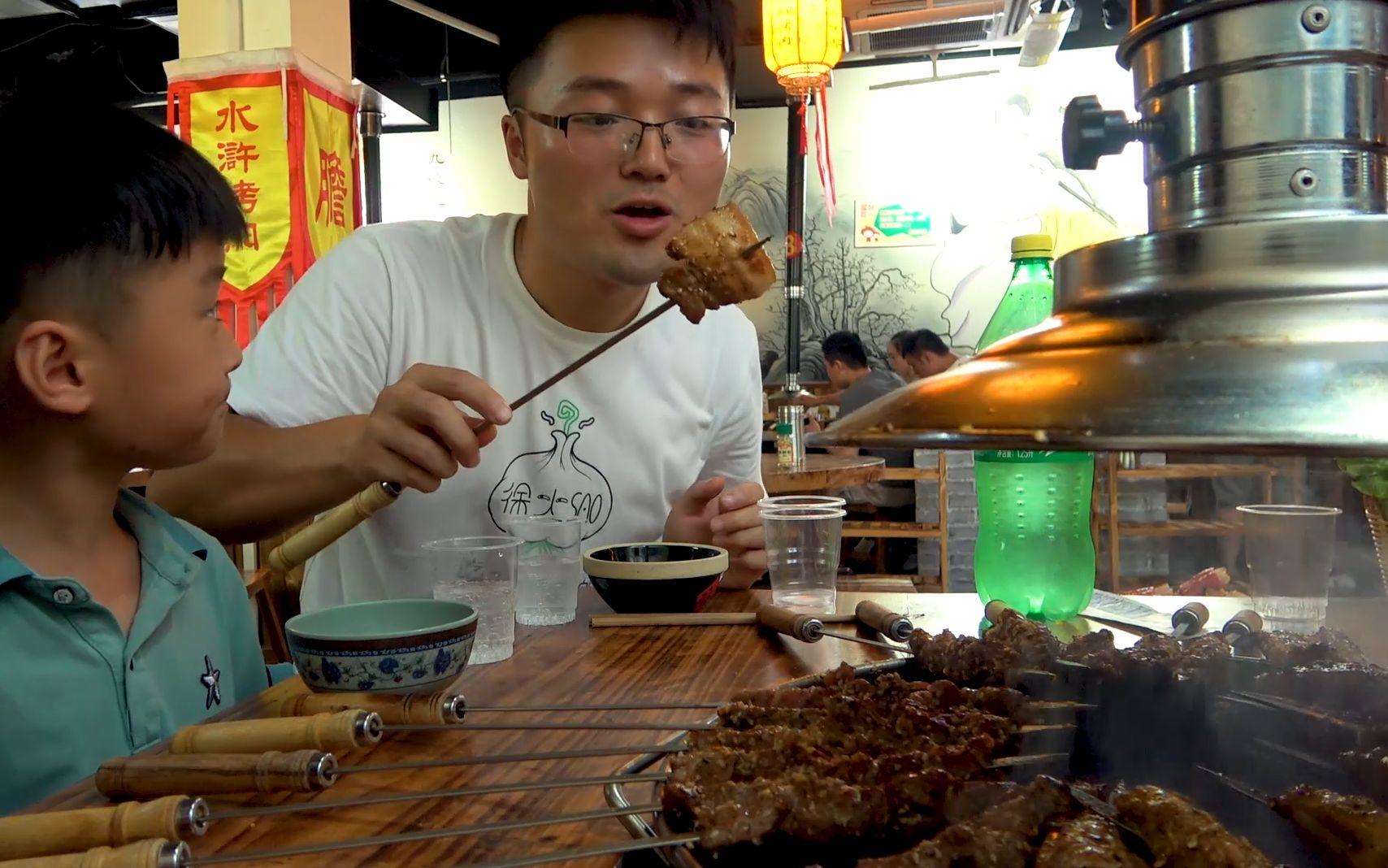 大sao吃碳火烤肉,345元點一桌肉,一家人圍著碳爐吃串,真過癮