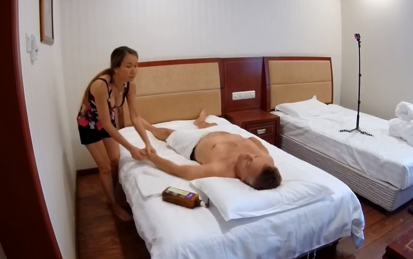瑞典按摩油放松身体。 (Swedish oil massage to relax the body.)