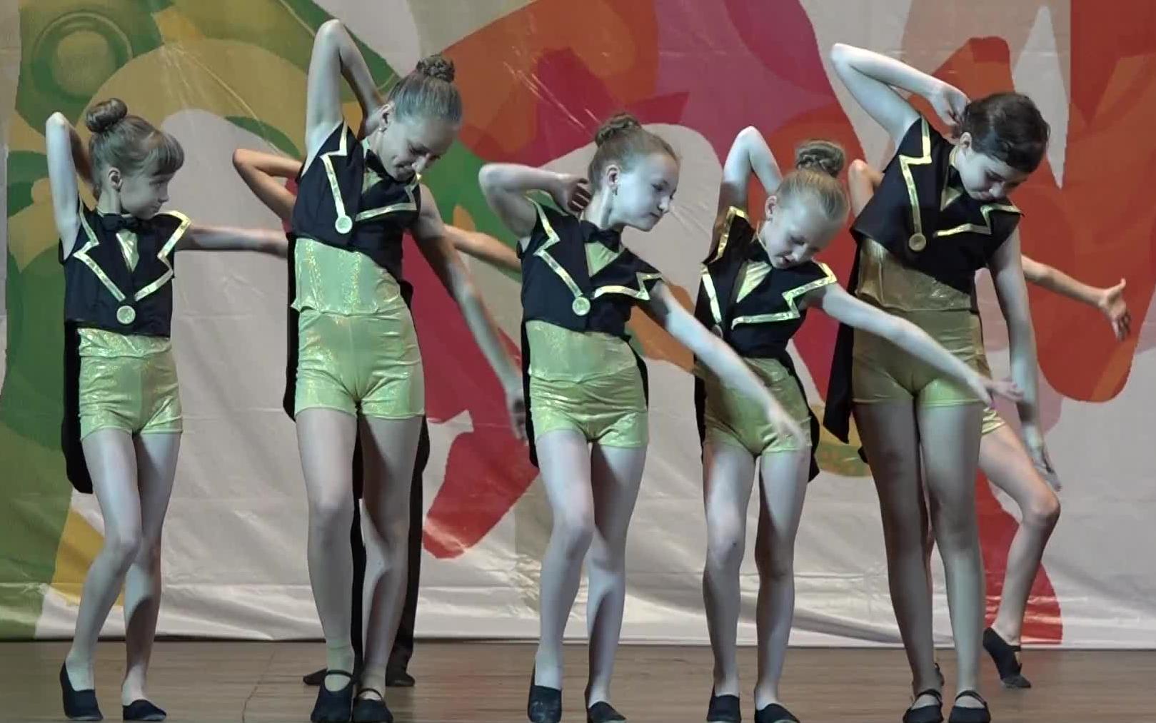 俄罗斯萝莉舞蹈表演  这编舞老师心真大