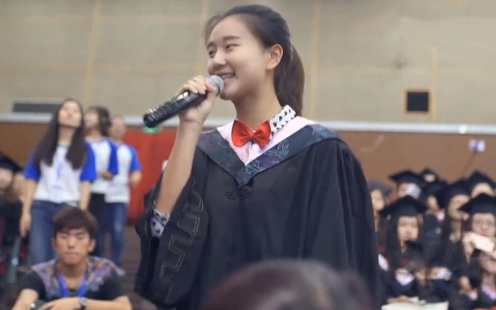 大学毕业典礼,观众席女生突然唱起《时间煮雨》感动全场,致青春
