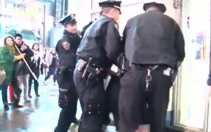 美國警察拘捕不肯除面具的示威學生。