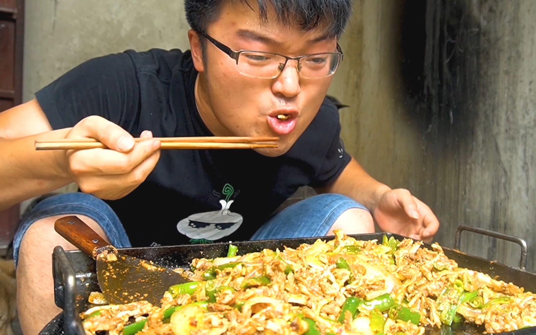 一斤辣椒,五斤软骨,做一道辣椒双拼铁板烧,两口上头,太刺激了