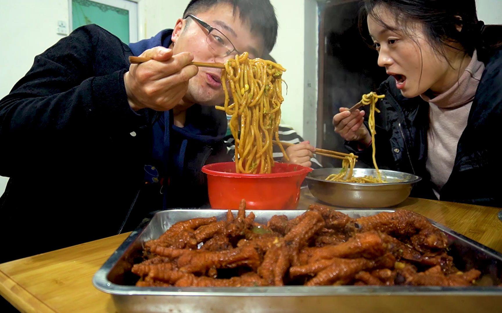 五斤虎皮鸡爪,两盆麻酱拌面,大sao陪媳妇吃饭就是快,全程无视骨头