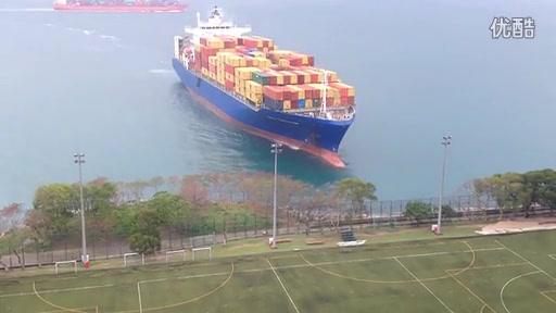滿載集裝箱巨輪偏離航道撞向岸邊驚人一幕