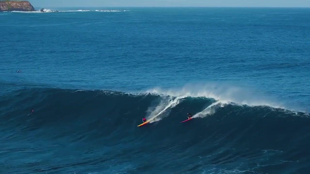 老外爱作死:野外海上巨浪多人同行冲浪