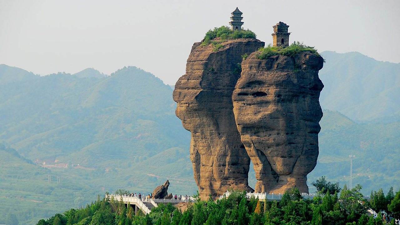 河北�y`a�nz�)^{;�{�_河北深山巨石悬立两座千年古庙,无法攀爬,到底如何建成?