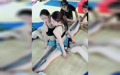 【劈叉压腿】抖音少女a少女短性感性感美女瑜伽超柔术美视频快手图片