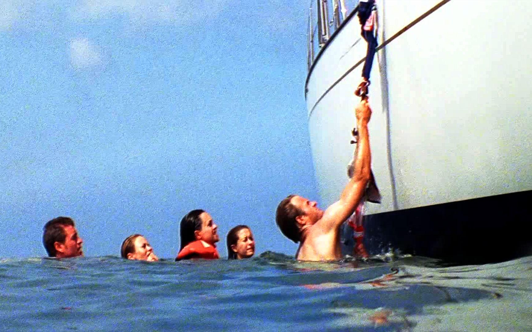 一群人远海游泳,结果忘记放船梯,最终几人能生还,真事改编电影