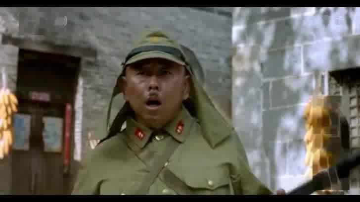 江演的抗日喜剧_经典抗日喜剧《举起手来》潘长江被骡子的屁熏晕的搞笑片段