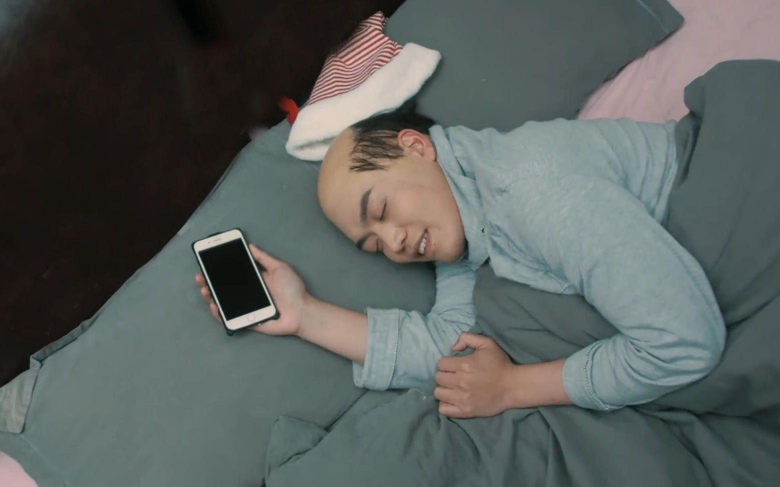 2030年脱发病毒爆发,感染者都会变成秃瓢,只有戒掉手机才能痊愈