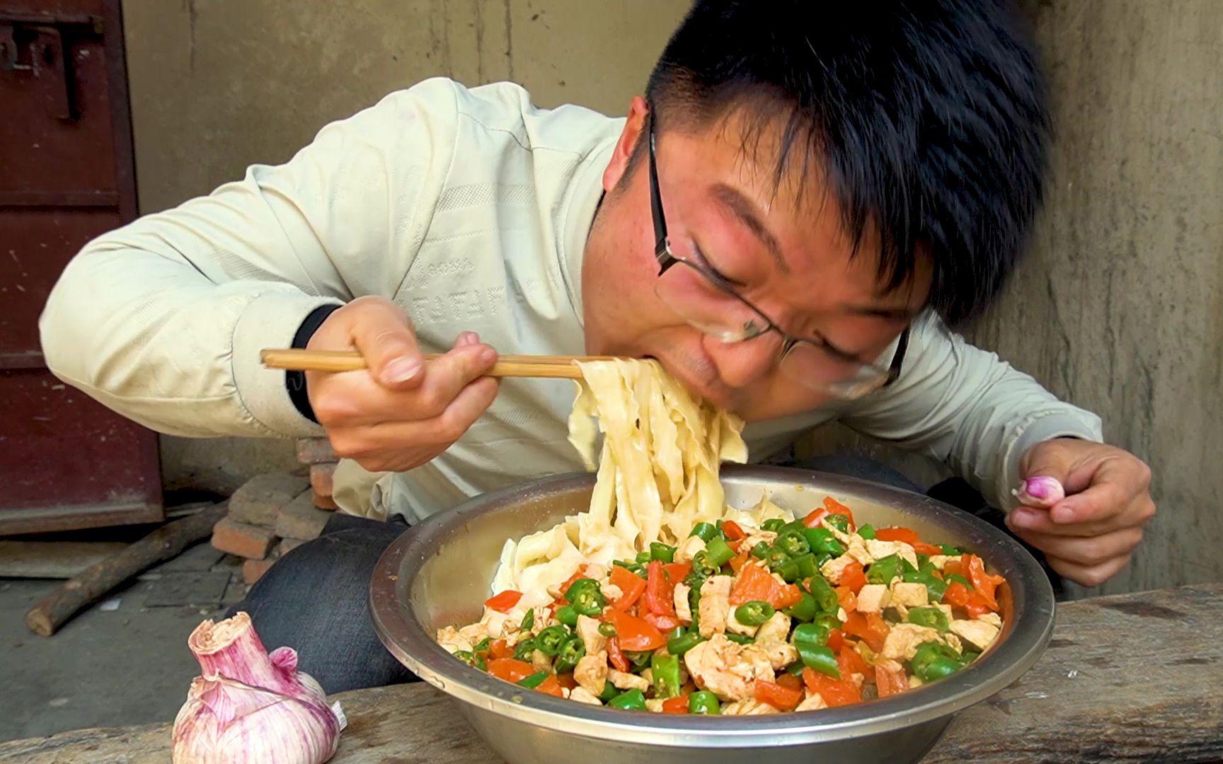 两斤辣椒,一斤鸡肉一斤挂面,做一盆双椒鸡捞面,配最大头的蒜,以辣制辣吃过瘾