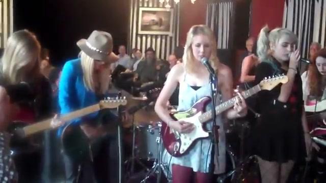 震尿!看看国外15岁高中女子摇滚乐队的水平
