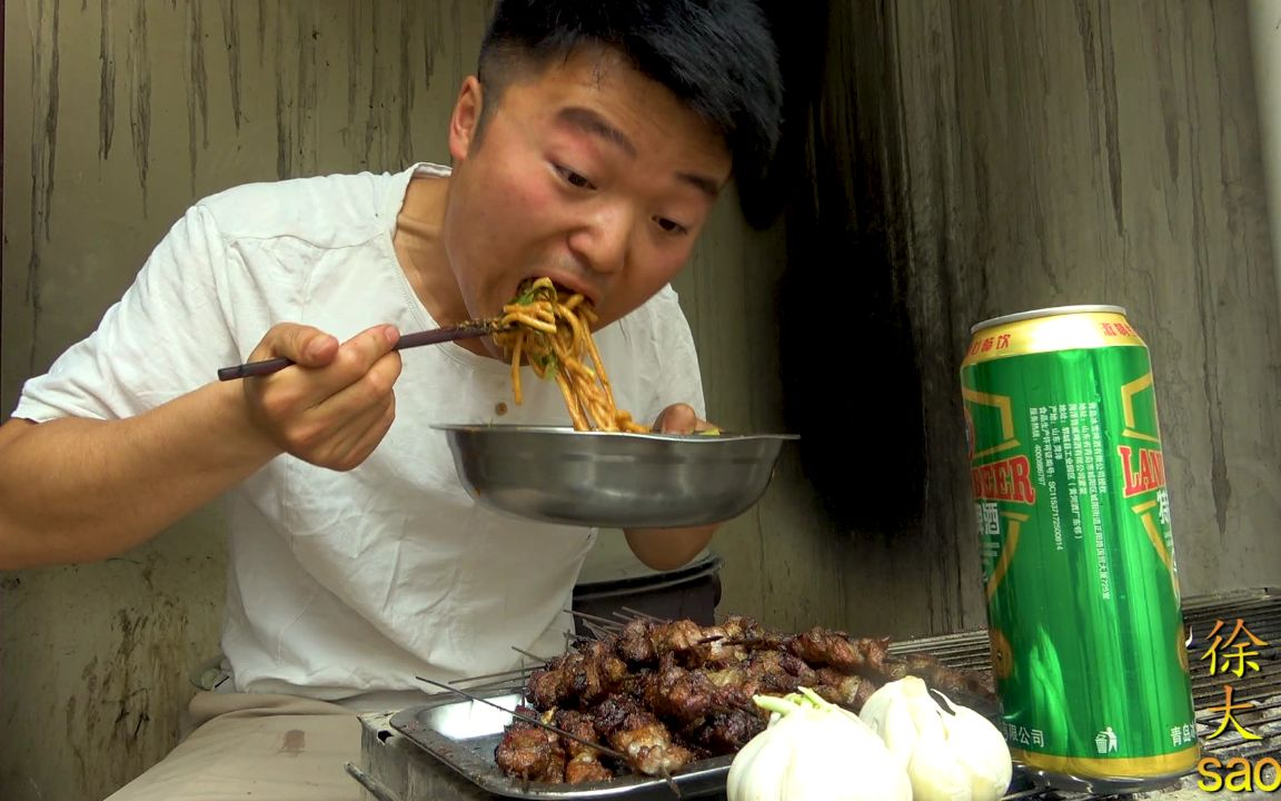 三斤羊肉两头蒜,大sao烤羊肉串,配一盆面一人吃32串,真过瘾