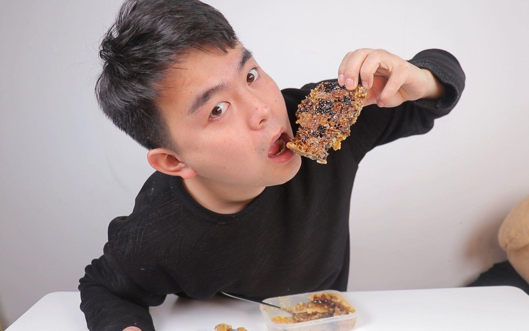 """试吃""""老蜂巢蜜"""",就这样直接吃的蜂蜜真的好吃吗?一口下去吐了"""