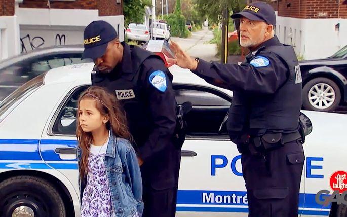 小女孩摆地摊被捕,小哥哥单挑警察❤!
