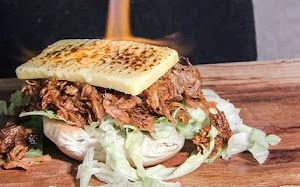 街头美食系列-猪肉丝配烤至微焦的意大利起司汉堡-在伦敦