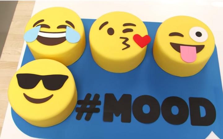 【软趴趴】超还原emoji表情蛋糕 - 蛋糕界beyonce做的超大iphone表情图片