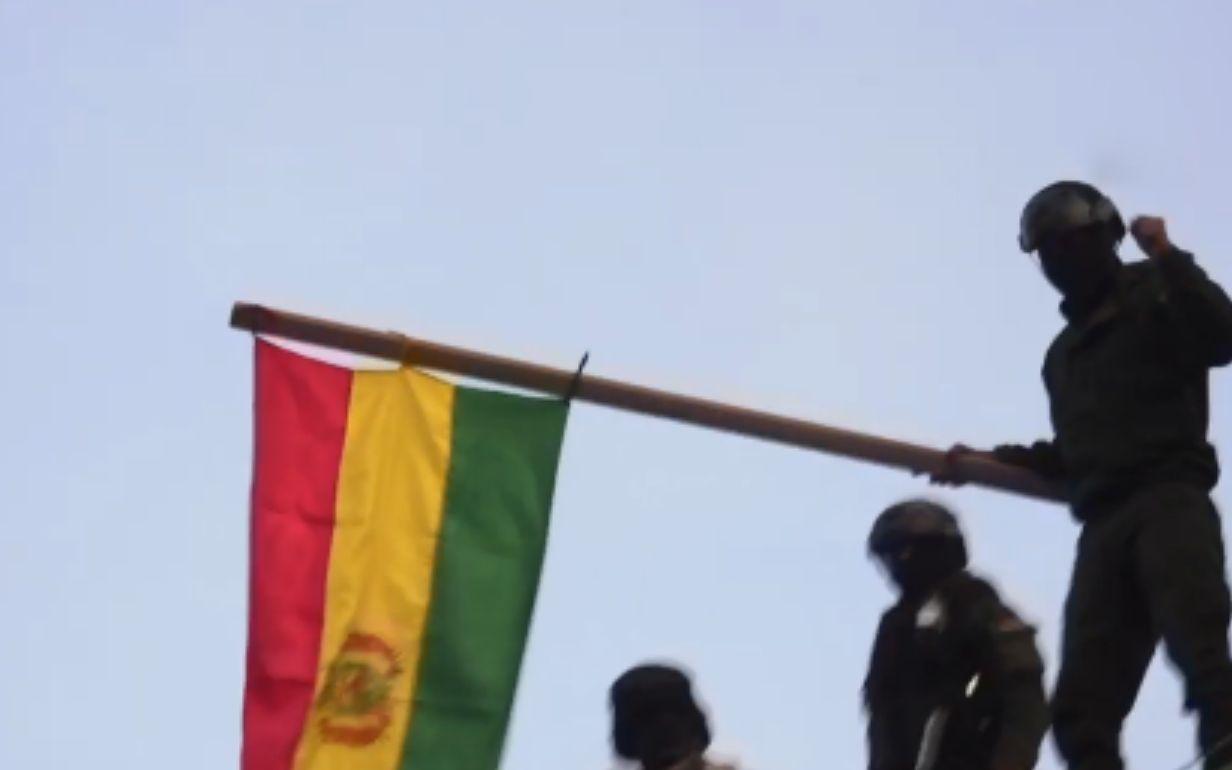 临阵倒戈?玻利维亚部分警察加入反政府示威