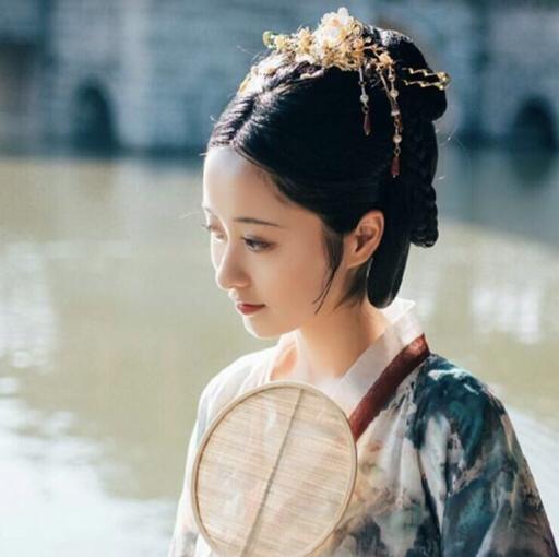 古风发型--魏晋制红衣女刀客图片