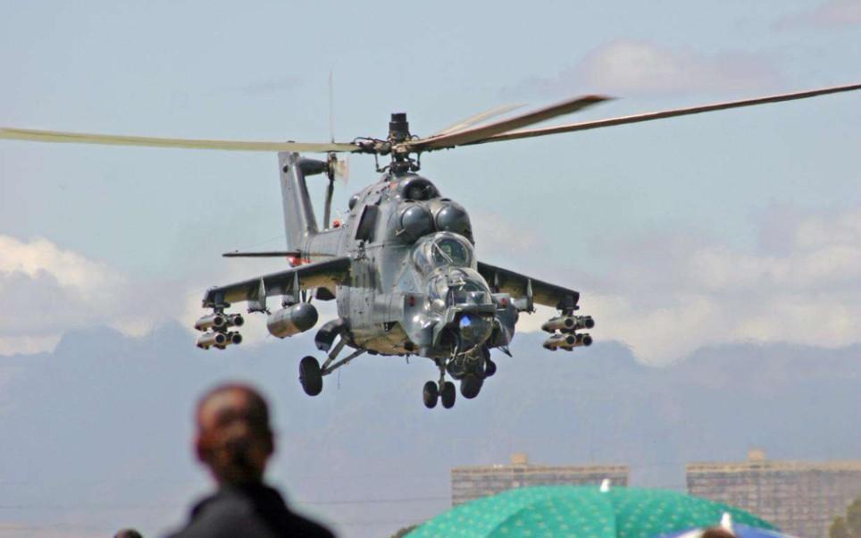 雌鹿直升机_【政长】《合金装备:和平行者》 米-24雌鹿武装直升机_哔哩哔哩 ...