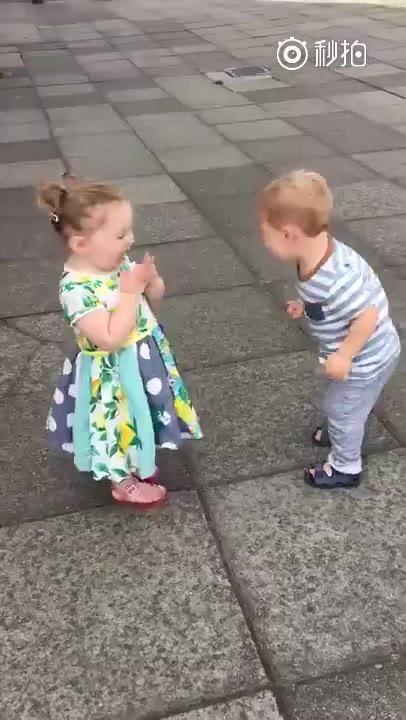 小男孩亲小女孩_小男孩亲亲表情包 - 表情包之园