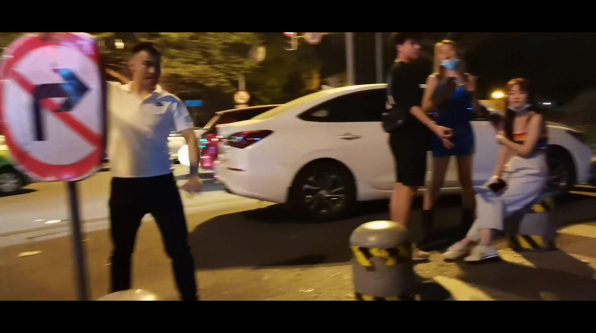 成都酒吧一条街,美女多的数不过来,小伙准备