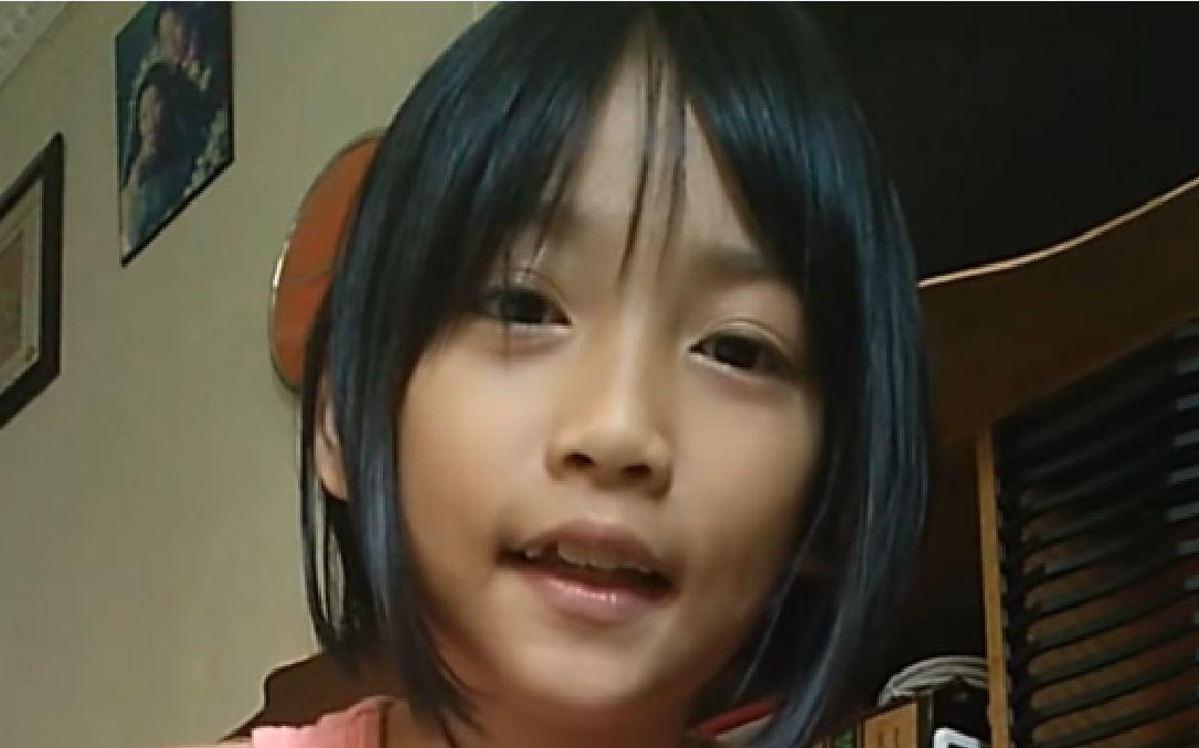可爱的小女孩在家中的卖萌日常