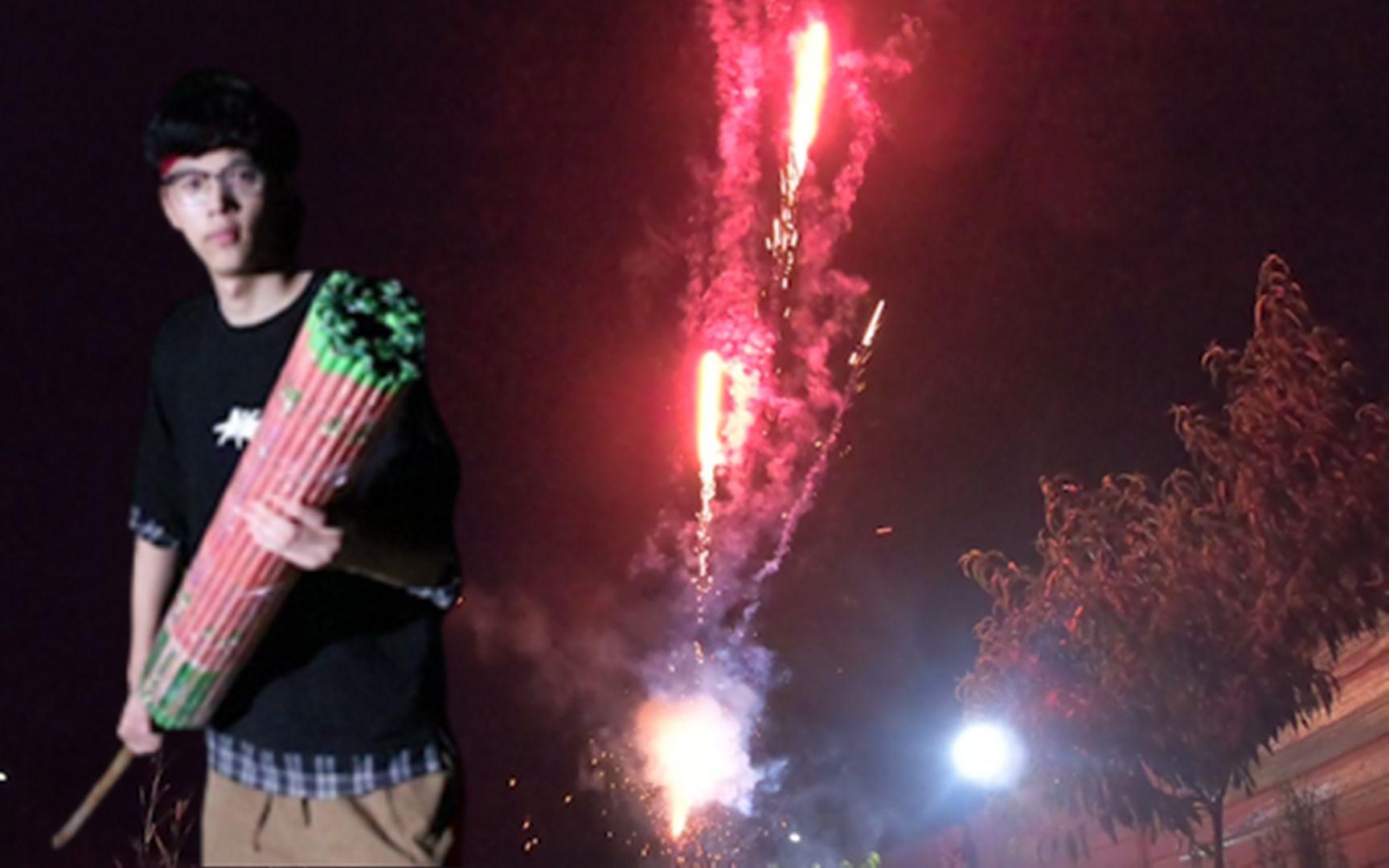 为了庆祝一百万粉丝,小伙自制了10000发烟花加特林场面十分壮观!_哔哩哔哩 (゜-゜)つロ 干杯~-bilibili